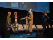 """Anneli Hulthén, kommunstyrelsens ordförande i Göteborg, och miljöminister Lena Ek tillsammans med artistduon """"Vattenmannen och Speed"""" på European Maritime Day i Göteborg, 21 maj"""