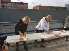 För att återknyta till historien skedde spadtaget genom att Katalin Paldeak, COO Nordic Choice Hotels  och Annica Ånäs, VD Atrium Ljungberg,  satte upp en tapetvåd med Kåbergs klassiska mönster på en skiva.