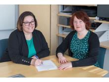 Malin Westling och Maria Löfgren signerar ULF-avtalet.