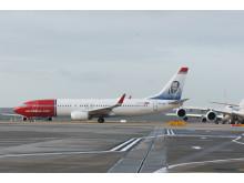 737-800 awaits take-off from Gatwick