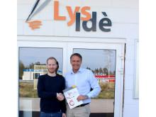 Tom Richard Hermansen (t.v.) gratuleres med ny Colorado-printer av Canons Lars Dybwad.