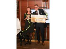 Hermann Aigner, Geschäftsführer Fressnapf Österreich übergibt den Siegerpreis an Susanne Breitwieser und ihre Blindenführhündin Lilo.