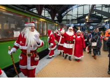 Bakkens julemænd og gæster stiger på veterantoget på Kbh H for at tage til Klampenborg og indvie Bakkens julesæson