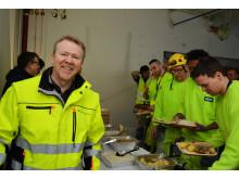 Andreas Halsebakke serverer hjortegryte og bløtkake til sultne bygningsarbeidere.