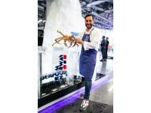 Mario Sandoval med norsk kongekrabbe under World's 50 best restaurants i Bilbao