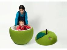 Äppel päppel av Frida Nilsson. Ingår i utställningen Peek-a-boo på Röhsska museet