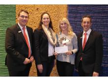 Einer von hundert glücklichen Spendenempfängern: Vertreterinnen des Vereins 'Partner für Sport und Bildung' mit Carsten Proebster und Volker Meierhöfer