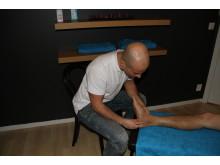 Naprapaten undersöker stukad fot