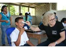 Mari Ljungblad hjälper pojke att få nya glasögon - Optiker utan gränser