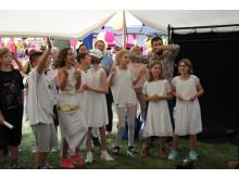 TüV Rheinland Oberschule führt Musical zum Tag der offenen Tür auf und übergibt Spende