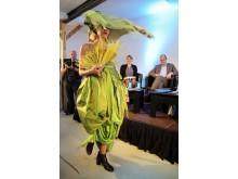Präsentation einer Belvedere-Robe aus reiner Seide von Jungdesignerin Jana Wahn