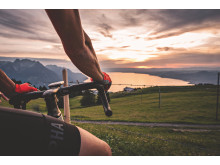 Roadbiker geniesst den Sonnenuntergang über dem Genfersee bei Agittes