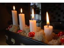 Bild på adventsljusstake med levande ljus