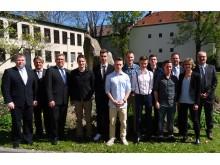 Die Ausbildungsverantwortlichen vom Bayernwerk freuten sich gemeinsam mit den Absolventen über deren sehr gute Ergebnisse.