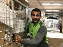 Produksjonsmedarbeider Sager Bak Alrayani er en av 1300 medarbeidere på Logistikksenter Oslo som sørger for at pakkene kommer frem.