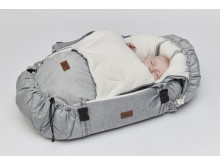 Baby 4 månader i Winter Cover och SleepCarrier Morning Grey