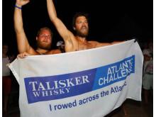 Viktor Mattsson och Scott Etherington går i mål i Talisker Whiskey Atlantic Challenge
