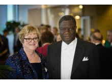 Denis Mukwege och Ellinor Ädelroth vid installationen som hedersdoktor i Umeå.