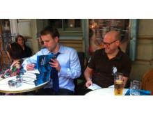 Fredrik Weibull och Anders Almgren signerar Träna tanken