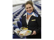 At spise et godt måltid på flyet er for ni ud af 10 en vigtig del ferieoplevelsen. Og så forringer det ikke oplevelsen, når oksemørbraden er serveret på rigtige tallerkener, og vinen kan nydes i et rigtigt glas.