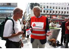 Carl Bildt stöder Röda Korset att samla in pengar till Pakistan.