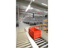 Liggende og hængende conveyorsystemer kombineres i LOXXESS logstikcenter