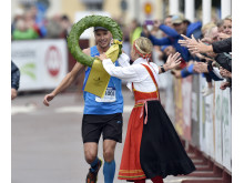 Jonas Buud vann UltraVasan 2014. Kranskulla Lisa Englund.