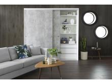 Mirro, skjutdörren Solid med yta av rå betong och vit garderobsinredning, i vardagsrum