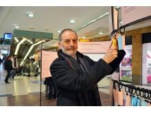 Prof. Werner Schneider, Leiter der Leipziger Notenspur-Initiative, vor der Musikalischen Flaschenpost