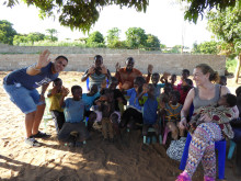 Andreas Yacoub och Eva Lundqvist besöker på barncentret i Moçambique