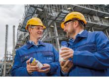 Dr. Stefan Gräter og Dr. Andreas Kicherer viser et testeksemplar på pyrolyse olie fra kemisk genanvendt plast