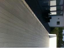 Träkomposittrall från Scandinavian Plank i kulör ljust grått