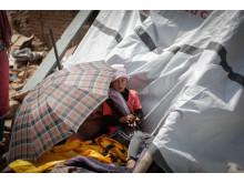 Ungeschützt vor dem Monsun: Kind sitzt in den Trümmern seines zerstörten Zuhauses in Harrisidhi in Nepal. Foto: Zishaan Akbar Lati