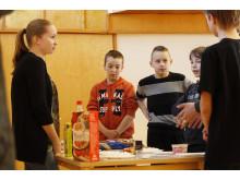Elintarvikenäyttely havainnollisti sokerin määrää herkuissa Tampereen Kissanmaan koulussa Sydänviikolla