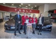 Avtalen mellom Tesla og Avis signert. Fra venstre: Kjell-Arne Wold leder for Tesla Drammen, Morten Torp – Salgs- og markedsdirektør Avis Norge, Lina Nordskag – Avis Oslo, Iselin Wallin Tange – Delivery Manager Tesla Drammen