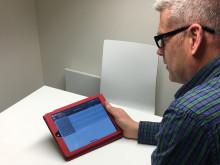 Johan Lundberg, förvaltare på Arlandastad Holding, plockar fram handlingar i appen.