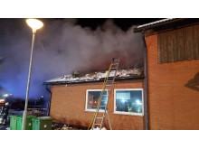 Taket vid ventilationsrummet rivs av vid branden Hackås skola