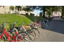 Cyklar vid Nikolaikyrkan i centrala Örebro.