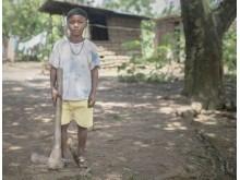 Seivali, 8 år, hugger ved