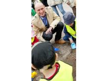 Råbäckens barn tar spadtag med Kommunstrelsens ordförande