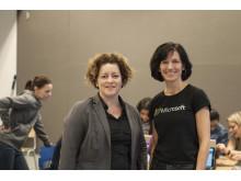 Rektor på Tveita skole Cathrine Mortensen og administrerende direktør i Microsoft Norge, Kimberly Lein-Mathisen