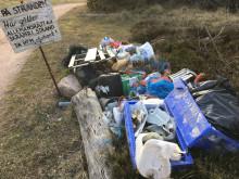 Strandbesökares kvarlämnade skräp hopsamlat vid Koskär.