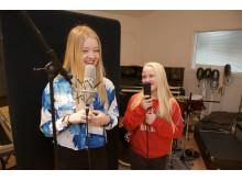 Mia og Tuva Francke i studio