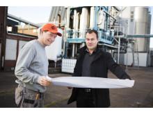 Jens Nilsson från Swedish Oat Fiber och Magnus Krågen från Pemco Energi ser över ritningarna