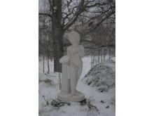 Evighetsträdgård med en staty