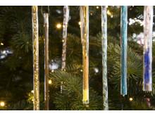 Pynten består av glassrør fylt med ulikt materiale