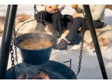 Hva er hyggeligere enn å lage mat ute, f.eks. over en bålpanne?
