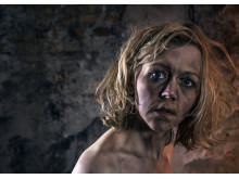 Heidi Colding-Hansen spiller foredragsholderen Dorthe i Line Knutzons nye komedie 'Heksemutter' på Frilandsmuseet.