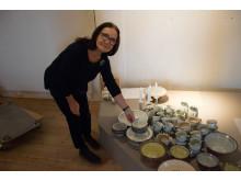 Åsa Lindström med sin keramik