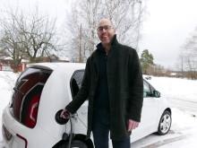 Pelle Sjögren sätter elbilen på laddning